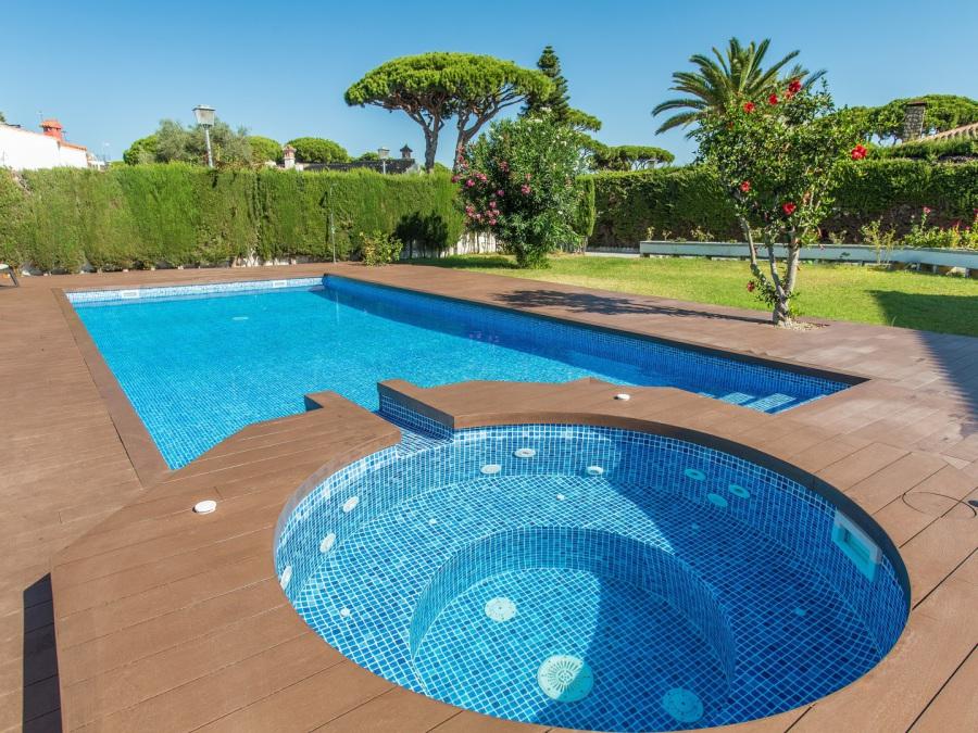 rehabilitación piscina Sevilla con madrera liner